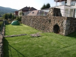 Záhrada, čerstvo položený trávnik, ptred záverečnou úpravou