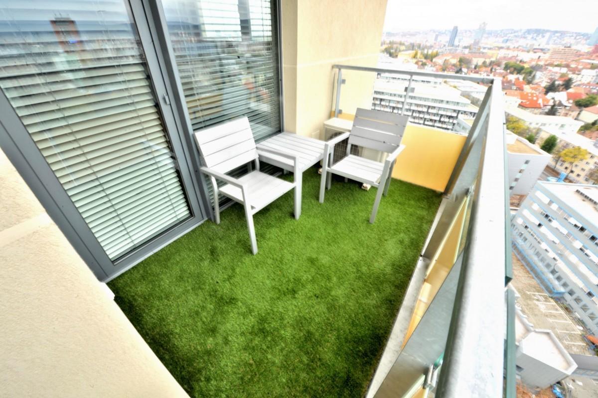Balkón - po aplikácii umelej trávy